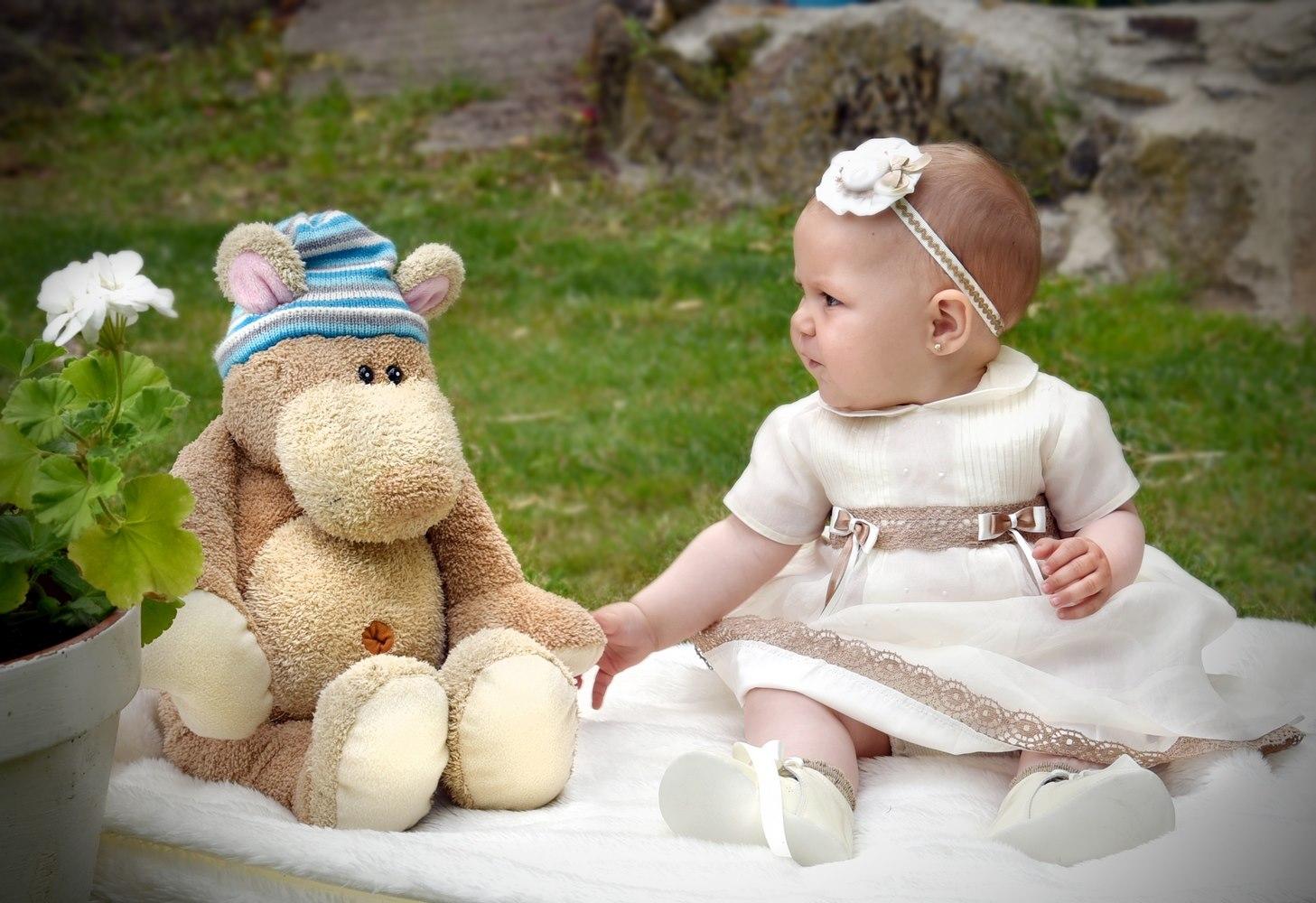 niña con peluche bautizos